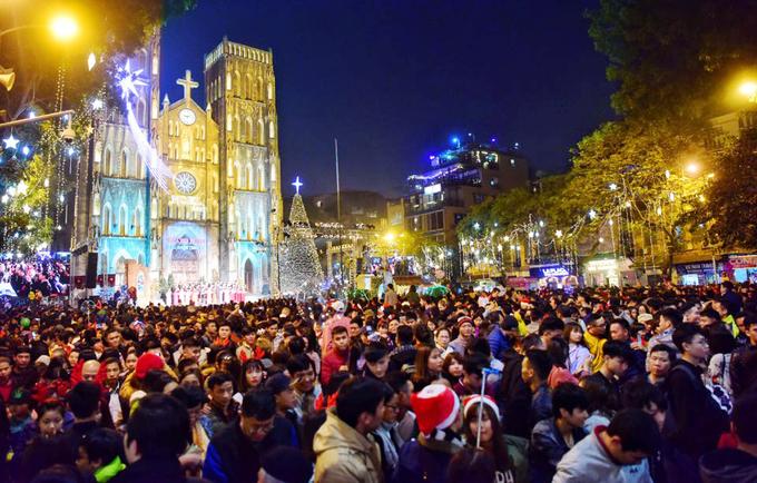 'Biển người' chào đón Giáng sinh ở Hà Nội