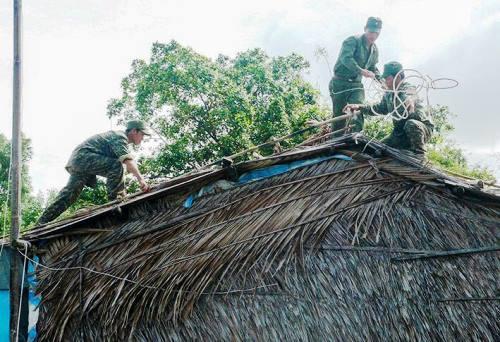Bộ đội giúp người dân Cà Mau chằng chống nhà cửa. Ảnh: Phúc Hưng.