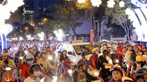Khu vực trung tâm Sài Gòn đông nghịt ngày Noel. Ảnh: Duy Trần