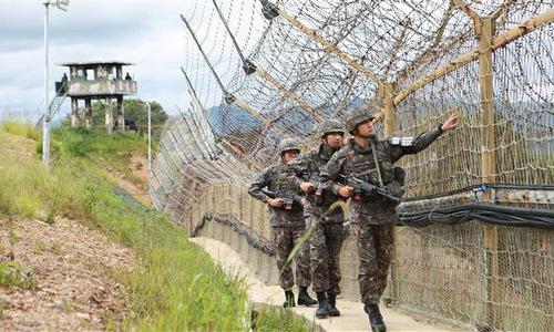 Binh sĩ Hàn Quốc tuần tra dọc tuyến DMZ. Ảnh: PressTV.