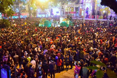 Người dân Hà Nội đổ về trung tâm và các nhà thờ đón Noel. Ảnh: Giang Huy.