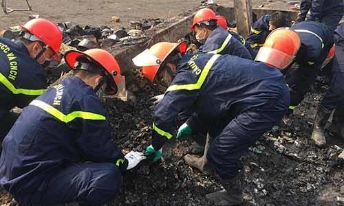 Hơn 200 người tìm kiếm nữ công nhân kẹt trong đám cháy nhà máy bánh kẹo