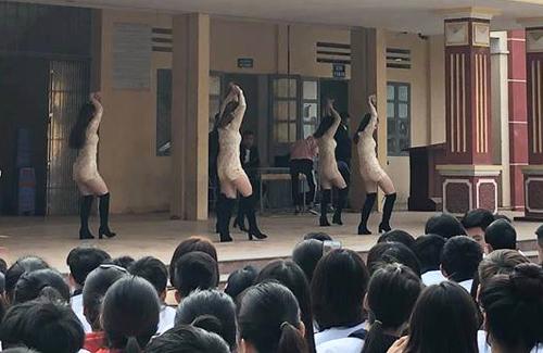 Màn biểu diễn với trang phục, động tácgợi cảm tại trường THPT Bất Bạt (Hà Nội).