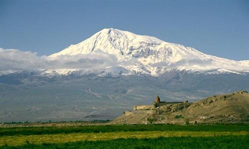 Các nhà thám hiểm tuyên bố tìm thấy con tàu Noah nằm ở gần đỉnh của ngọn núi Ararat, Thổ Nhĩ Kỳ. Ảnh: National Geographic.