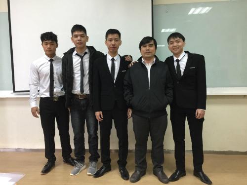 Nhóm sinh viên thực hiện đồ án cùng thầy hướng dẫn -Tiến sĩ Phan Duy Hùng (thứ haitừ phải sang).