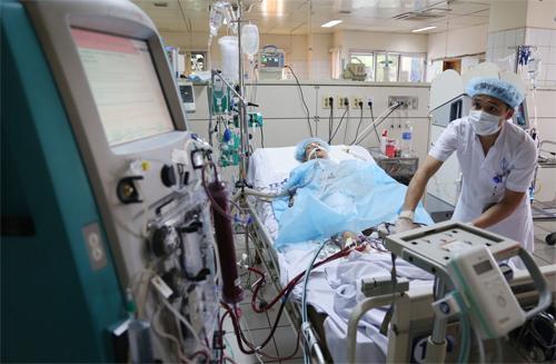 Một bệnh nhân tai biến chạy thận ở Hòa Bình đang được bác sĩ cấp cứu với những máy móc hiện đại nhất. Ảnh:Phạm Dự.