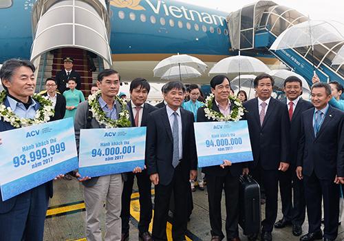Sân bay Nội Bài đón vị khách thứ 94 triệu và hai vị khách gần kề con số này. Ảnh: Xuân Hoa.