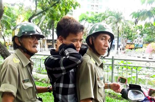 Lực lượng chức năng phường Phạm Ngũ Lão, quận 1 kiểm tra người nghiện ma túy lang thang. Ảnh: Tuyết Nguyễn.