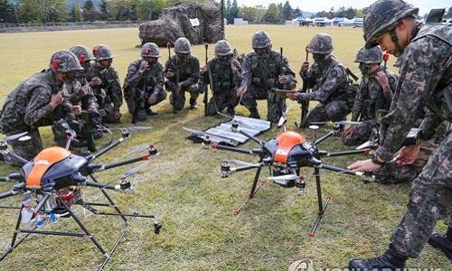 Binh sĩ Hàn Quốc đang huấn luyện khả năng sử dụng thiết bị bay không người lái. Ảnh:Yonhap.