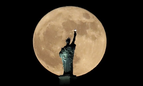 Siêu trăng trên bầu trời New York tháng 12. Ảnh: AP.