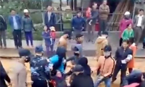 Người dân chặn thi công cầu, nhà thầu điều thanh niên bịt mặt đến dẹp