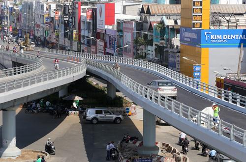 Cầu vượt ở ngã 6 Gò Vấp, hướng vào sân bay. Ảnh: Quỳnh Trần
