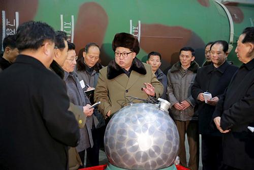 Nhà lãnh đạo Triều Tiên Kim Jong-un gặp gỡ các nhà khoa học và kỹ thuật viên về vũ khí hạt nhân ở Bình Nhưỡng hồi năm ngoái. Ảnh: KCNA