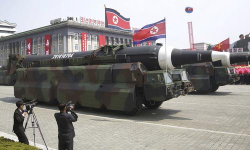 Tên lửa đạn đạo Triều Tiên tham gia duyệt binh. Ảnh: AFP.