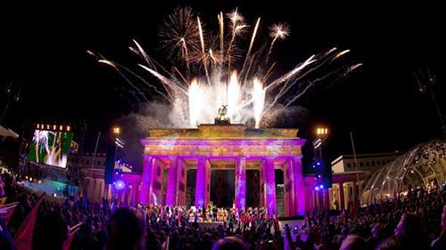 Người dân và du khách đón năm mới tại CổngBrandenburg ở trung tâm Berlin,