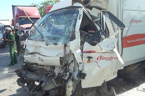 Đầu xe tải biến dạng, tài xế kẹt bên trong. Ảnh: Tin Tin
