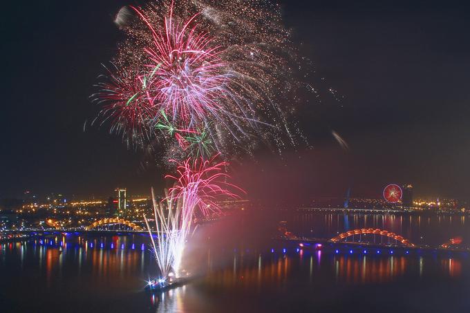 Pháo hoa mừng năm mới rực sáng ở Đà Nẵng