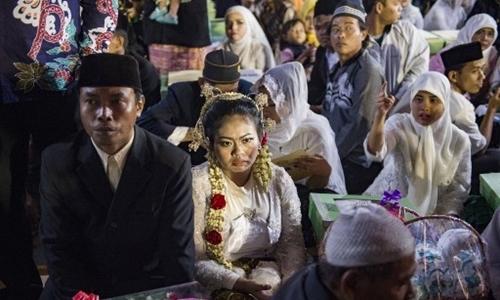Hàng trăm đôi uyên ương Indonesia làm đám cưới tập thể dịp năm mới