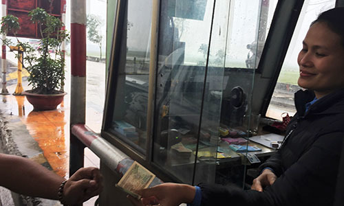 Tài xế trả tiền xu, nhân viên trạm BOT Cầu Rác từ chối bán vé