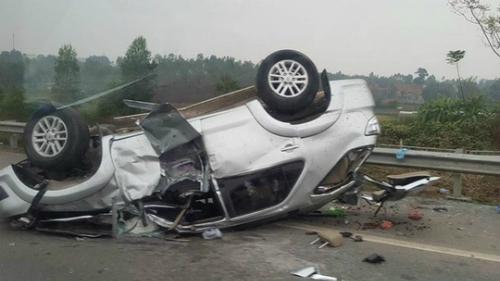 Ôtô chở 6 người lật ngửa trên cao tốc Nội Bài - Lào Cai