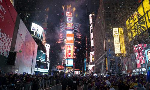 Hai triệu người đón năm mới trong giá rét ở Quảng trường Thời đại