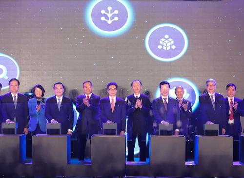 Các đại biểu bấm nút khởi động Đề án Hệ tri thức Việt số hoá. Ảnh: Võ Hải.