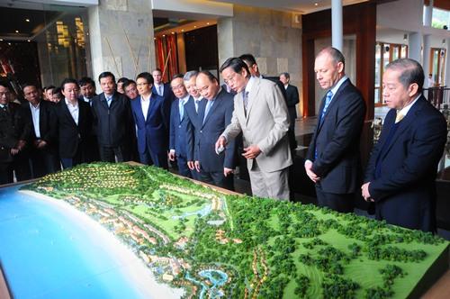 Thủ tướng Nguyễn Xuân Phúc nghe tỉnh Thừa Thiên Huế trình bày mô hình quy hoạch. Ảnh: Ngọc Minh.