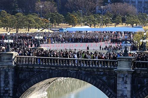 Đám đông đứng chờ để được thấy Nhật hoàng. Ảnh: Asahi.
