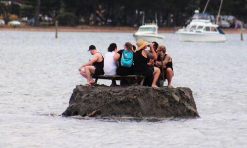 """Tay chơi New Zealand đắp """"đảo"""" để được uống bia đón năm mới"""