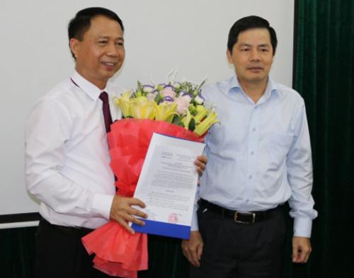 Ông Nguyễn Hồng Lâm (trái) tại buổi công công bố và trao quyết định phê chuẩn kết quả bầu của chức danh Chủ tịch UBND huyện đầu tháng tháng 7/2017. Ảnh: Cổng thông tin điện tử Quốc Oai.