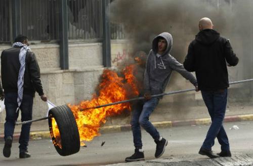 Một thanh niên Palestine tham gia cuộc đụng độ với quân đội Israel tại Bờ Tây. Ảnh: AFP.