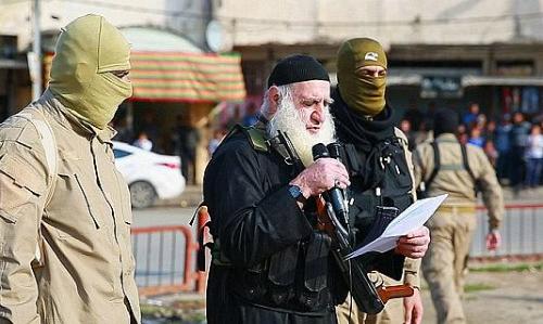 Abu Omer đọc bản án trước khi nạn nhân bị chặt đầu. Ảnh: NC.