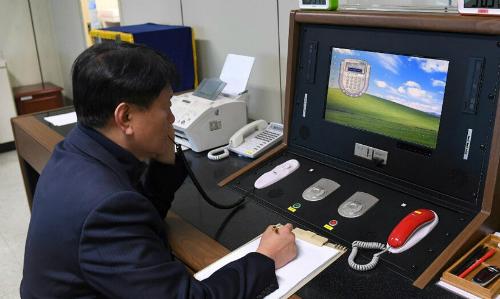 Quan chức Hàn Quốc kiểm tra đường dây nóng với phía Triều Tiên. Ảnh: Reuters.