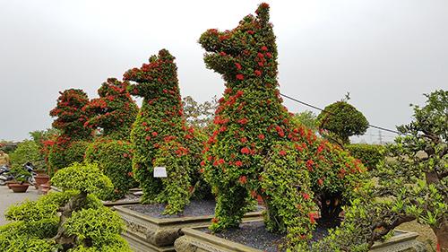 Cặp linh vật hình chó của nghệ nhân TP HCM. Ảnh: Việt Linh.