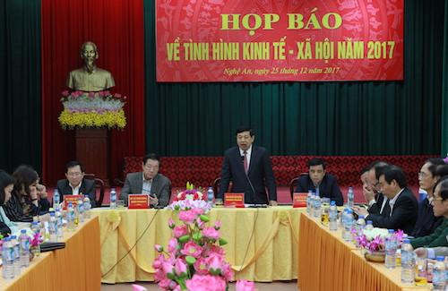 Chủ tịch UBND tỉnhNguyễn Xuân Đường chủ trì buổi họp báo về kinh tế - xã hội năm 2017 khẳng định việc Tết Mậu Tuấn 2018 tỉnh không bắn pháo hoa. Ảnh: Nguyễn Hải.