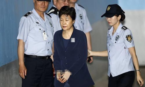Cựu tổng thống Hàn Quốc Park Geun-hye (áo đen). Ảnh: Yonhap.