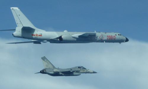 Tiêm kích Đài Loan bám sát oanh tạc cơ Trung Quốc trên eo biển Đài Loan. Ảnh: Sina.