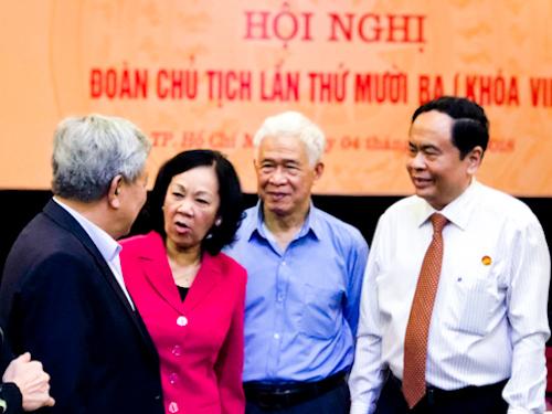 Ủy viên Bộ Chính trị Trương Thị Mai và các ủy viên Đoàn chủ tịch Uỷ ban MTTQ trao đổi tại hội nghị. Ảnh: Tuyết Nguyễn.