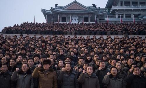 Người dân Triều Tiên hôm 4/1 tập trung ở Bình Nhưỡng thể hiện sự ủng hộ đối với thông điệp của nhà lãnh đạo Kim Jong-un. Ảnh: AFP.