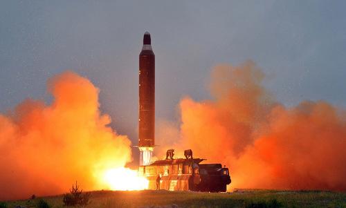 Tên lửa Hwasong-12 rời bệ phóng. Ảnh: KCNA.