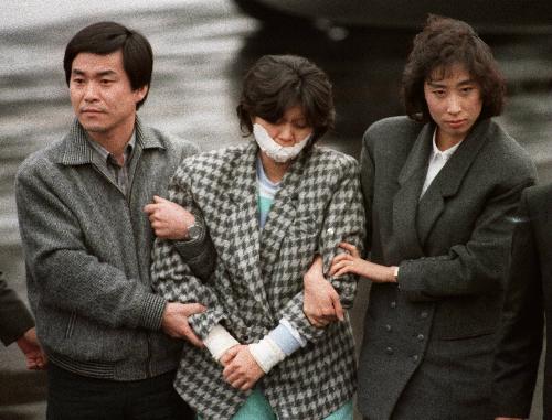 Kim Hyon-hui sau khi bị bắt. Ảnh:AFP.