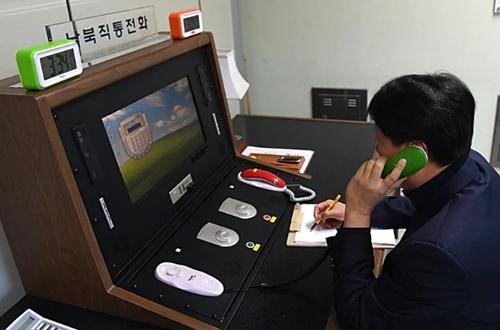 Một quan chức chính phủ Hàn Quốc liên lạc qua đường dây nóng với người Triều Tiên tại làng biên giới Bàn Môn Điếm hôm 3/1. Ảnh: Yonhap.