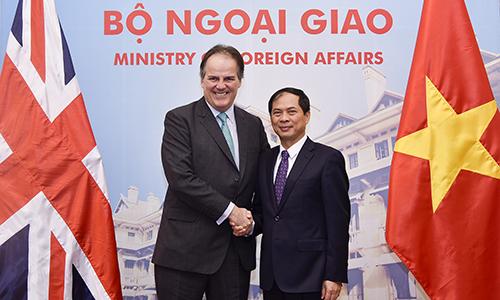 Thứ trưởng Ngoại giao Bùi Thanh Sơn và Quốc vụ khanh Anh Mark Field. Ảnh: Bộ Ngoại giao Việt Nam.