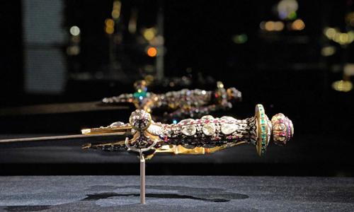 Một món đồ trong số 270 đồ trang sức thời vương triều Mogul của Ấn Độ, niên đại từ thế kỷ 16 đến thế kỷ 20, thuộc sở hữu của hoàng gia Qatar, được trưng bày tại một cuộc triển lãm ở Venice, Italy. Ảnh: AP.