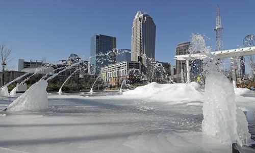 Bồn phun nước đóng băng trong thời tiết lạnh giá ở thành phố Charlotte, Nam Carolina. Ảnh: Boston Herald.