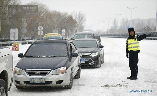 Giá lạnh tấn công Trung Quốc, người ủ chăn bông ra đường - 4