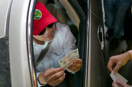 Tài xế yêu cầu thối lại 100 đồng ở trạm BOT Cai Lậy. Ảnh:Thành Nguyễn