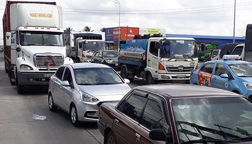 Ùn tắt giao thông cục bộ tại trạm thu phí BOT Cần Thơ - Phụng Hiệp sáng 6/1. Ảnh: Cửu Long