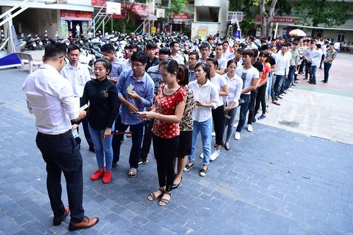 Người lao động xếp hàng thi tuyển công chức ở một cơ quan Bộ tại Hà Nội. Ảnh: PV.