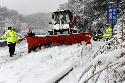 Giá lạnh tấn công Trung Quốc, người ủ chăn bông ra đường - 2